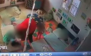 התיעוד הקשה שהביא למעצר המטפלת (צילום: מצלמת אבטחה, חדשות)