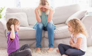 אמא מתוסכל מול שני ילדים שרבים (אילוסטרציה: By Dafna A.meron, shutterstock)
