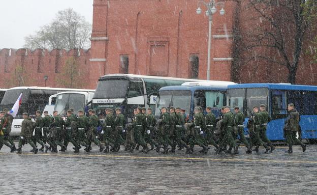 חיילים בשלג בכיכר האדומה, מוסקבה (צילום: ינון בן שושן, mako חופש)