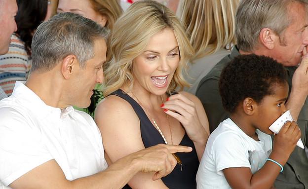 שרליז ת'רון ובתה ג'קסון (צילום: Joe Scarnici/Getty Images for generationOn)