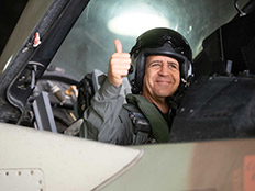 """כוכבי הצטרף לטיסה על מטוס """"סופה"""" (צילום: דובר צה""""ל)"""