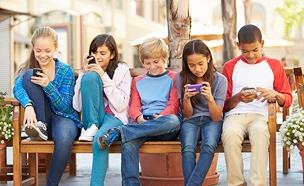 ילדים בטלפון הנייד (צילום: rf123, חדשות)