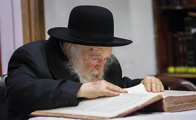 גם בתל אביב: הרב המשפיע בישראל בניסיון להשיג קולו (צילום: Yaakov Naumi/Flash90, חדשות)