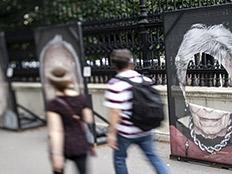 השחתת תערוכה של תמונות ניצולי שואה באוסטריה (צילום: e.p.a, חדשות)