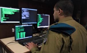 """חייל במערך הסייבר של צה""""ל (צילום: באדיבות גרעיני החיילים)"""