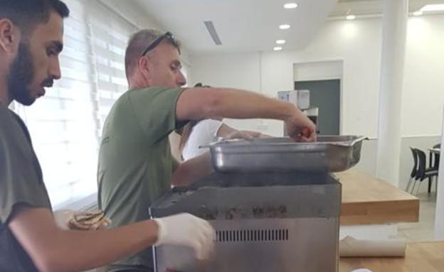 יום ההמבורגר בחיל הים (צילום: באדיבות גרעיני החיילים)