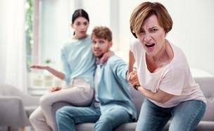 חמות מחזיקה את היד של בנה (אילוסטרציה: kateafter | Shutterstock.com )