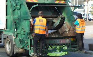 עובדים במשאית זבל - למצולמים אין קשר לכתבה (אילוסטרציה:  ElRoi / Shutterstock)