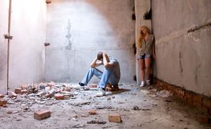זוג ברעידת אדמה (צילום: shutterstock/Vasiliy Koval)