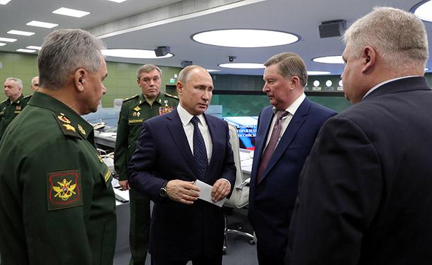 פוטין מבקר במתקן צבאי (צילום: רויטרס, חדשות)