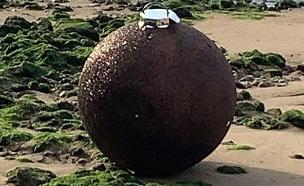 """""""הפצצה"""" שהתגלתה כקישוט (צילום: סקיי ניוז, חדשות)"""