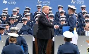 צפו: טראמפ לא מפסיק ללחוץ ידיים (צילום: CNN, חדשות)