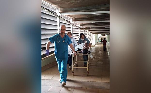 פרומקין בדרכו לחדר הניתוח (צילום: חדשות)