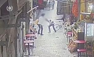 תיעוד רגעי הדקירה בעיר העתיקה (צילום: דוברות המשטרה, חדשות)