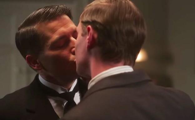 נשיקה גאה באחוזת דאונטון (צילום: יוטיוב )