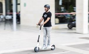 """יניב ריבלין, מנכ""""ל בירד ישראל, רוכב על קורקינט של החברה (צילום: ינאי מנחם, TheMarker)"""