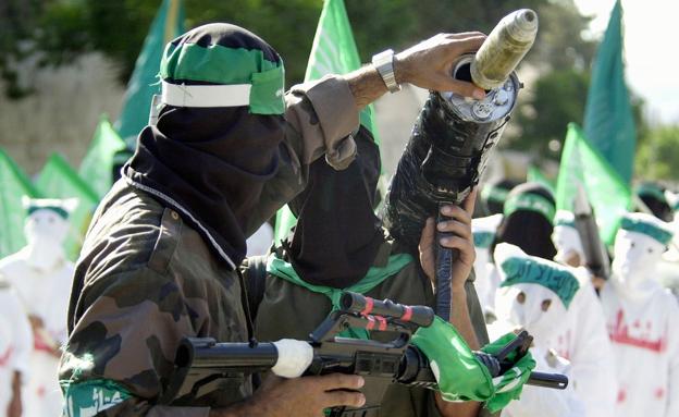 """שיגור רקטה ע""""י אנשי חמאס (צילום: AP, חדשות)"""