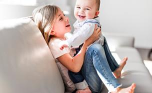 ילדה ותינוק על ספה (צילום: shutterstock)