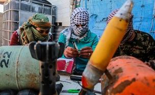 אנשי חמאס מכינים מטענים (צילום: עבד רחים אל ח'טיב / פלאש 90, חדשות)