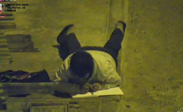 ויקטור אנגולו לומד תחת פנס רחוב (צילום: סקיי ניוז, חדשות)