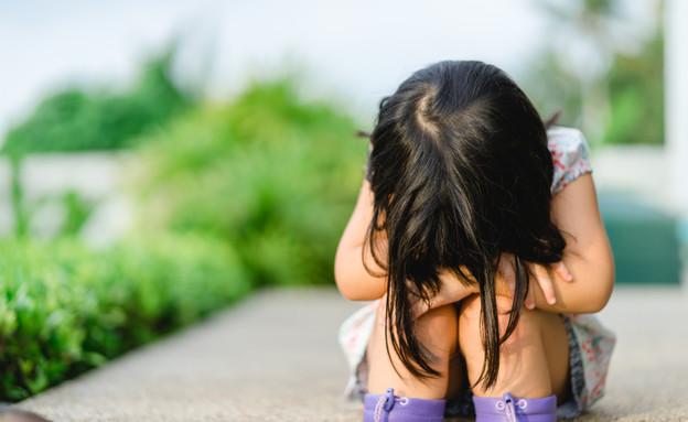ילדה עצובה יושבת על מדרגות (אילוסטרציה: By Dafna A.meron, shutterstock)