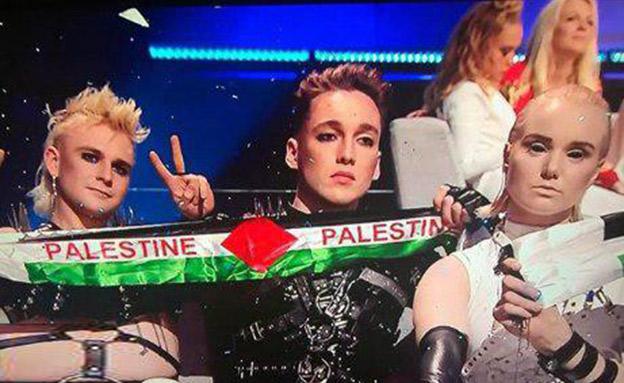 הלהקה האיסלנדית עם דגל פלסטין (צילום: באדיבות כאן 11, חדשות)