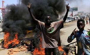 מפגינים למען  הדמוקרטיה בחרטום (צילום: רויטרס, חדשות)