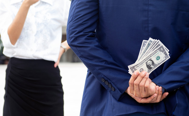 גבר מסתיר מאישה כסף (אילוסטרציה: kateafter | Shutterstock.com )