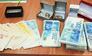 המזומנים שנמצאו אצל החשודה המרכזית (צילום: דוברות המשטרה, חדשות)