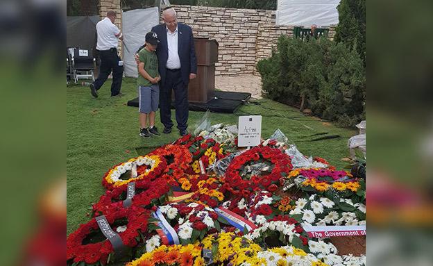 הנשיא עם נכדו מעל הקבר (צילום: החדשות)