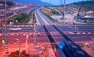 רכב במרדף חוצה מסילת רכבת בתחנת כרמיאל (צילום: חדשות)