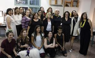 הנשים המשתתפות וצוות הקורס, אמש (צילום: אלון קפל, חדשות)