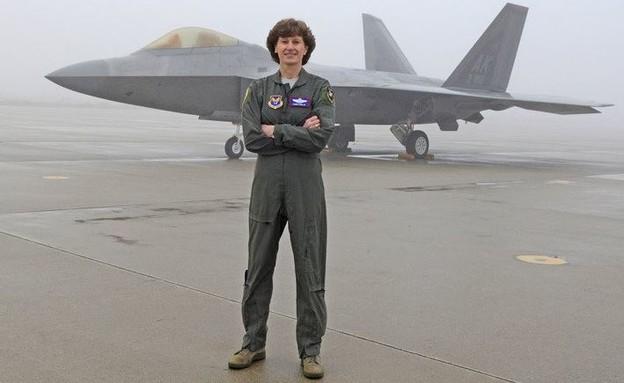 טייסת בכירה שפוטרה (צילום: HQ_AFMC@Twitter)