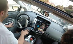 רכב ללא נהג בנסיעה בתל אביב (צילום: אהוד קינן, מאקו)