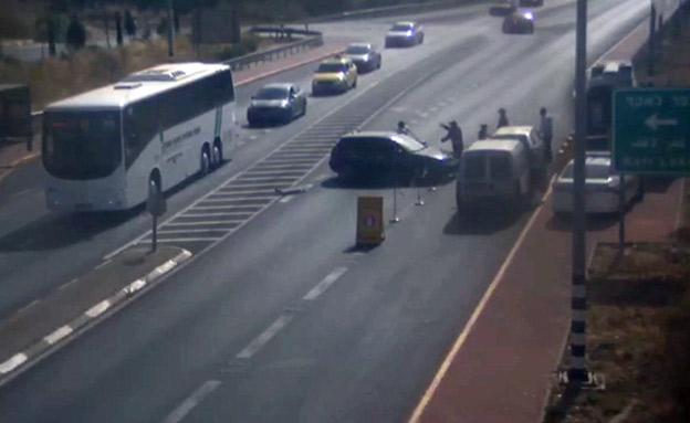 רכב מתפרע בצומת קרני (צילום: דוברות המשטרה, חדשות)