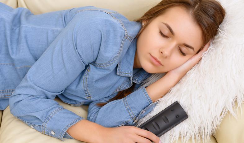 Copy of נרדמת מול הטלוויזיה (צילום:  Milkovasa, shutterstock)