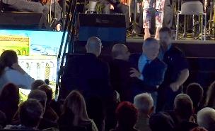 תיעוד: ראש הממשלה יורד במדרגות וכמעט מועד (צילום: חדשות)
