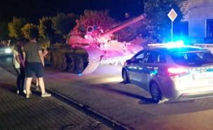 הטנק באמצע הרחוב (צילום: I30mki@Twitter)