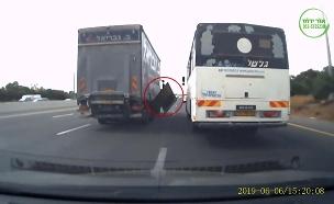 סכנה בכביש 6: האוטובוס התפרק בנסיעה (צילום: אור ירוק, חדשות)