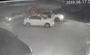 תיעוד: בן 18 נורה מתוך רכב חולף (צילום: חדשות)