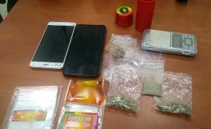 הסמים שנתפסו בבית החשוד (צילום: דוברות המשטרה, חדשות)