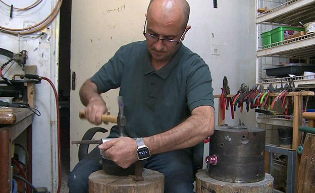 צפו: הפלסטיני שהופך רימוני גז לתכשיטים (צילום: אינקס, חדשות)