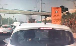 תיעוד: מנוף פוגע בגשר הולכי רגל (צילום: תיעוד שהופץ ברשתות החברתיות, חדשות)