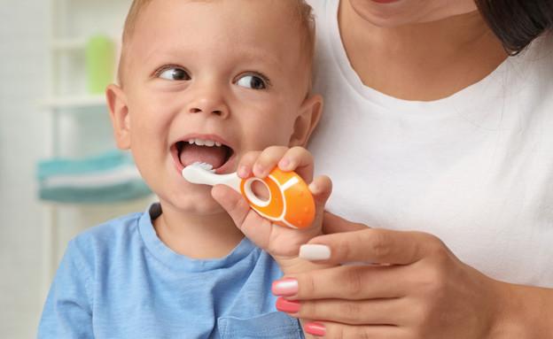 ילד מצחצח שיניים עם אימו (אילוסטרציה: kateafter | Shutterstock.com )