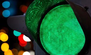 רמזור ירוק בלילה (צילום: Evannovostro, Shutterstock)