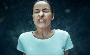 אישה מתעטשת (צילום: Master1305, shutterstock)