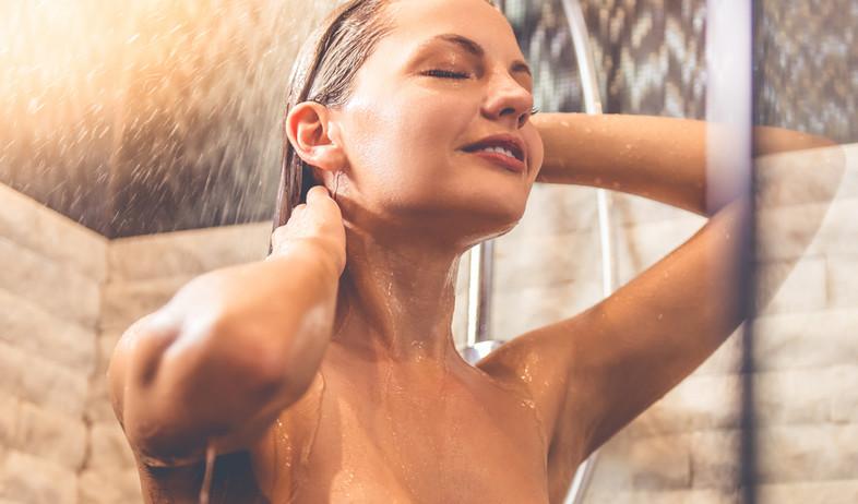 מתקלחת, אישה במקלחת  (צילום: VGstockstudio, shutterstock )