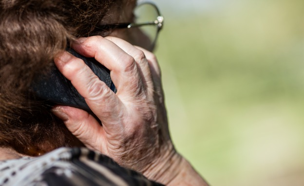 זקנה, סבתא, קשישה, פלאפון, טלפון, סמארטפון (צילום: Giulio Fornasar, 123/RF, חדשות)