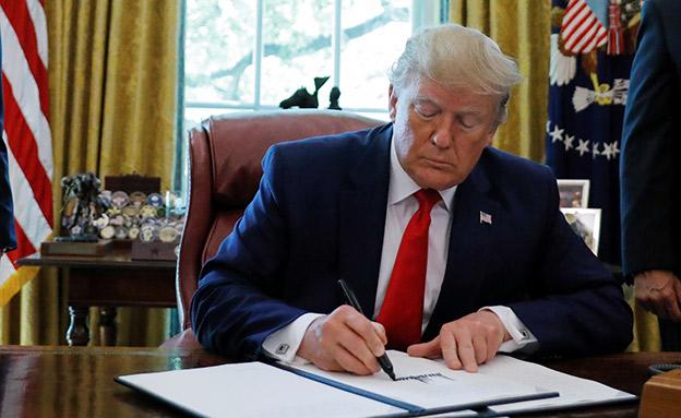 טראמפ חותם על סנקציות נגד אירן (צילום: רויטרס, חדשות)