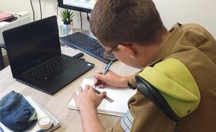 """חייל צה""""ל לומד בקורס (צילום: באדיבות גרעיני החיילים)"""